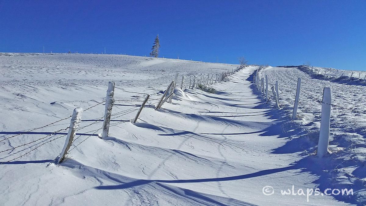 1-aubrac-village-neige-ciel-bleu