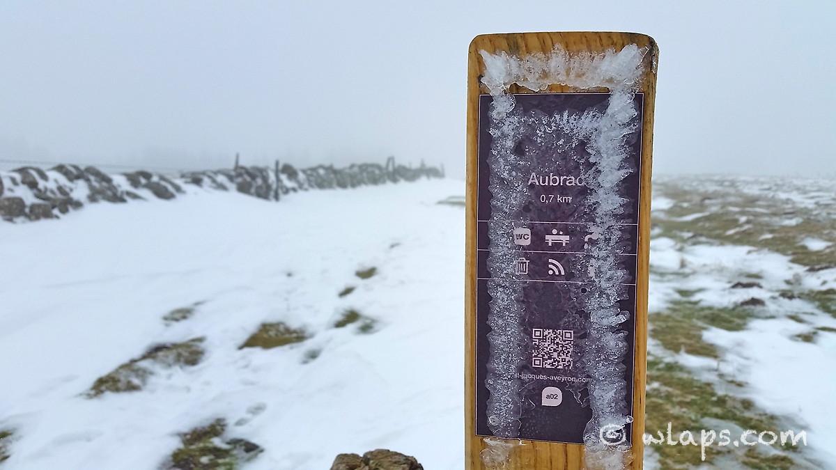 15-photo-village-aubrac-neige-brouillard