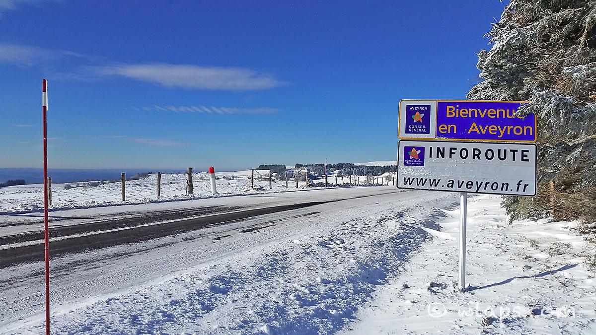 4-aubrac-village-neige-ciel-bleu