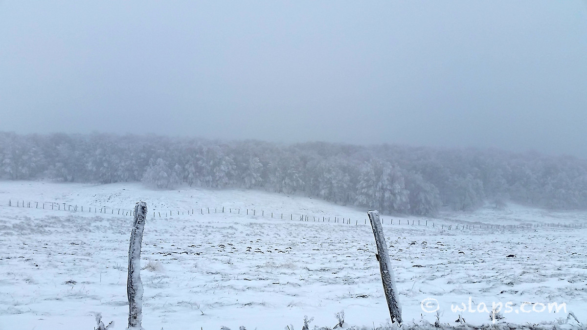 4-photo-village-aubrac-neige-brouillard
