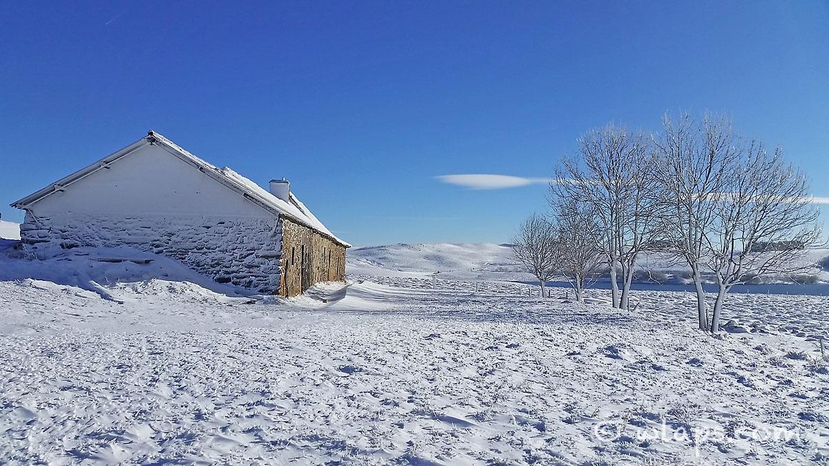 5-aubrac-village-neige-ciel-bleu