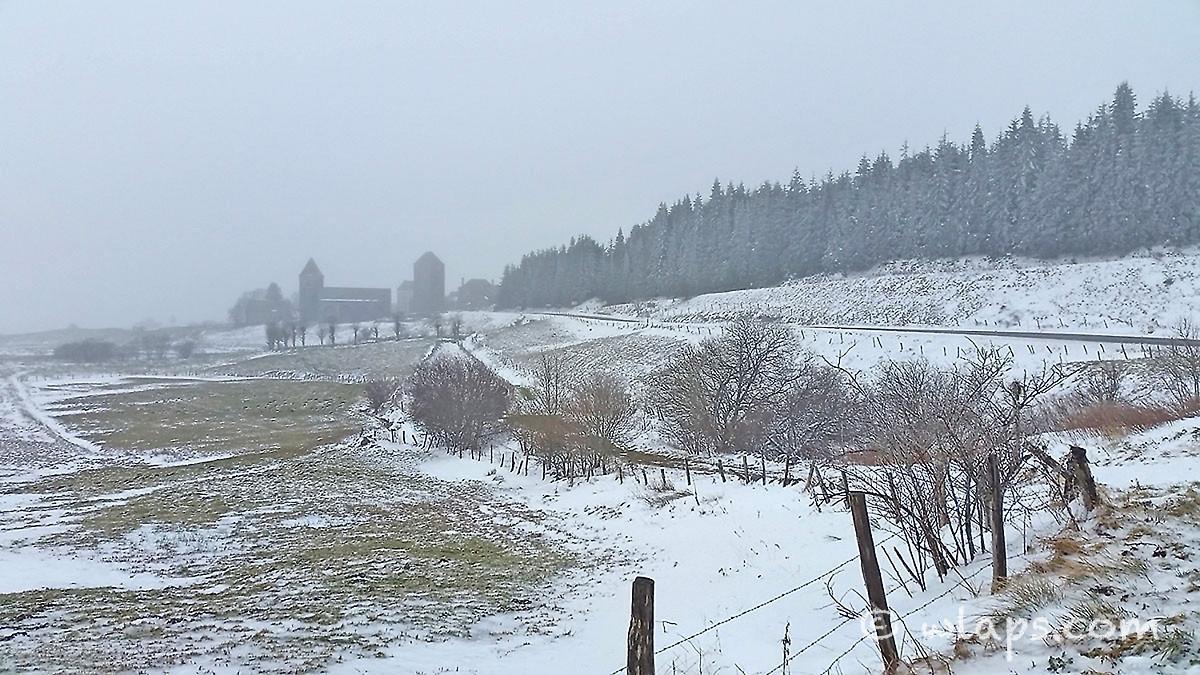 5-photo-village-aubrac-neige-brouillard