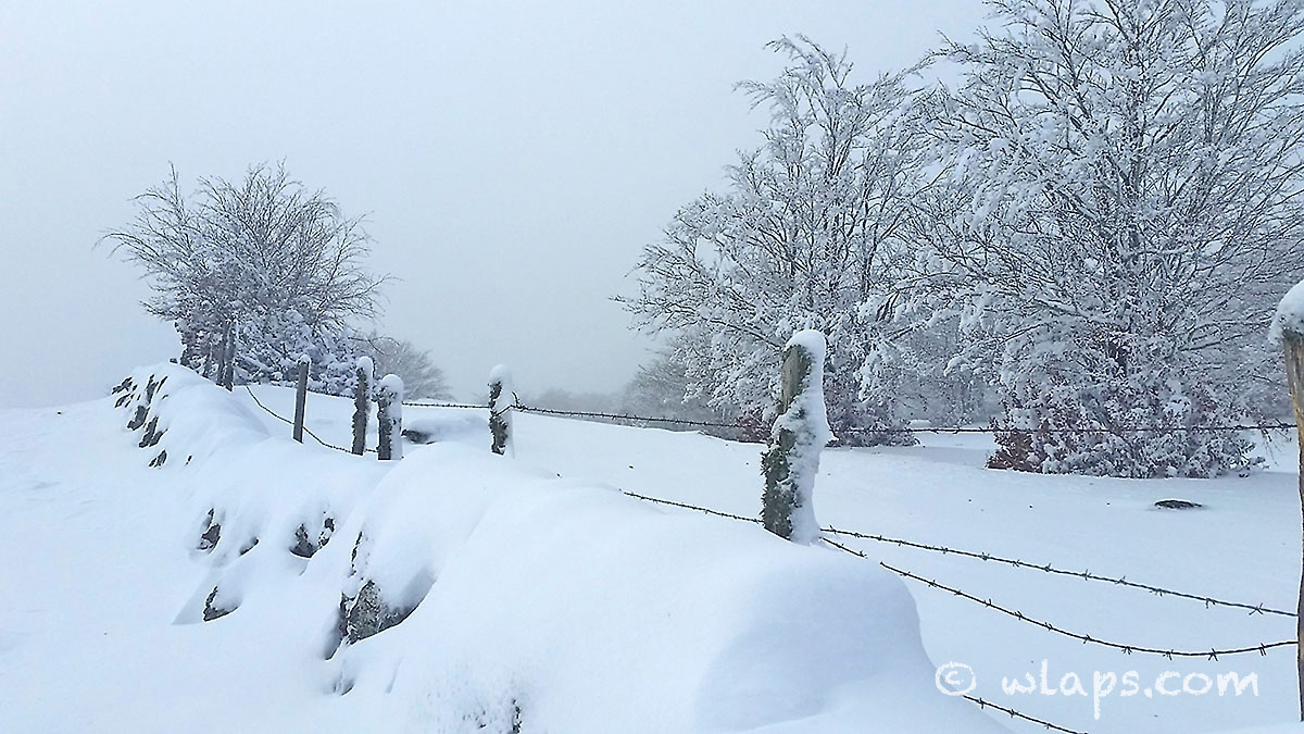 8-photo-village-aubrac-neige-brouillard