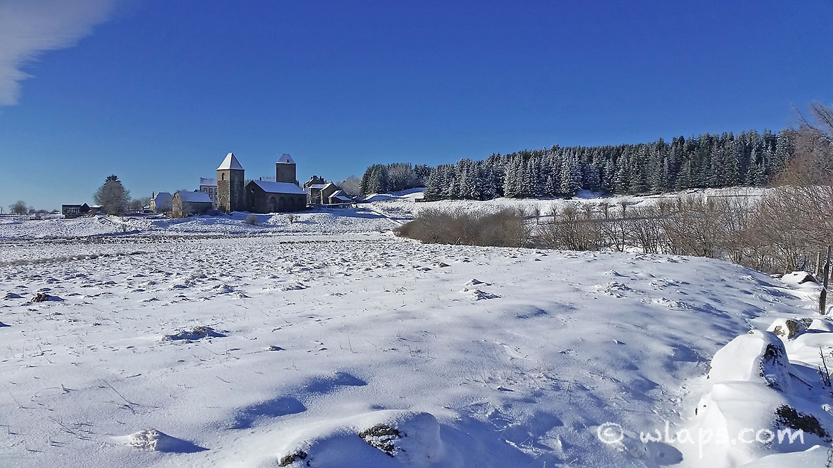 aubrac-village-neige-ciel-bleu