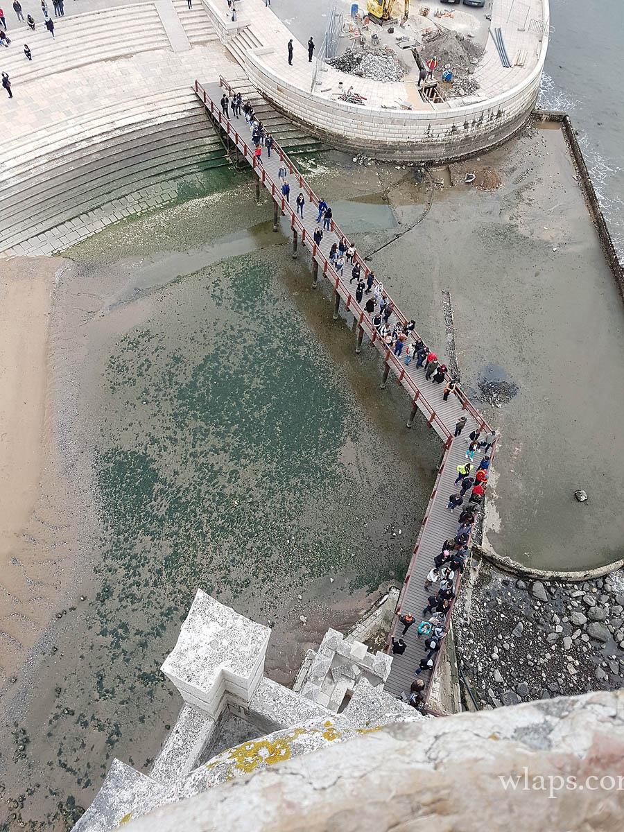 Vue plongeante sur le monde qui fait la queue pour entrer dans la Tour de Belém à Lisbonne