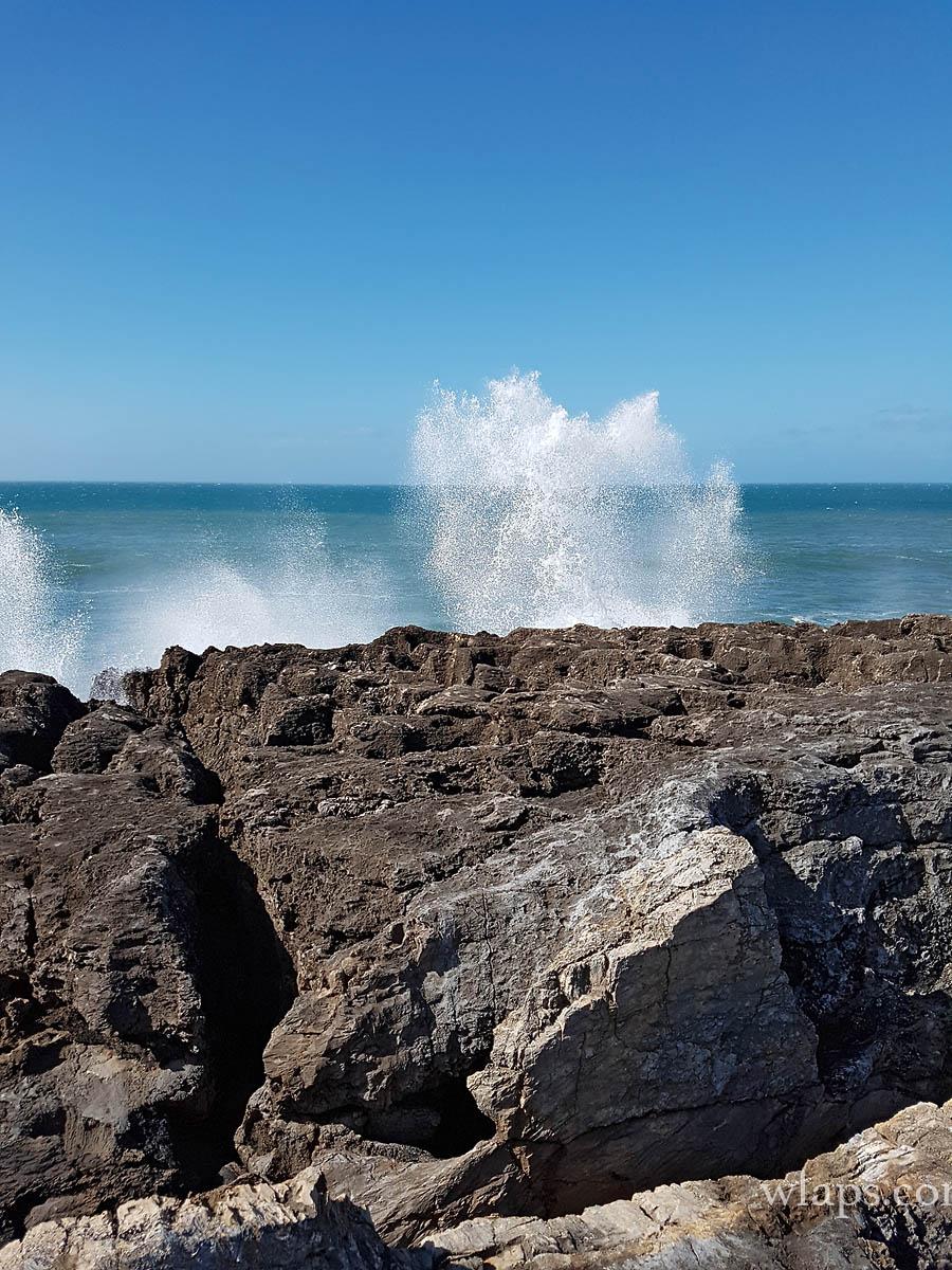 Il y a des vagues fortes près de Boca do Inferno