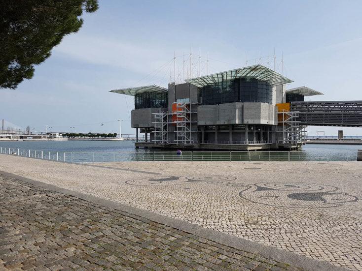 L'Oceanarium de Lisbonne se dresse au loin
