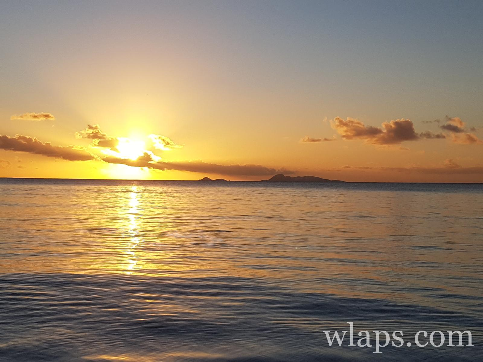 Un coucher de soleil sur la plage à Marie Galante