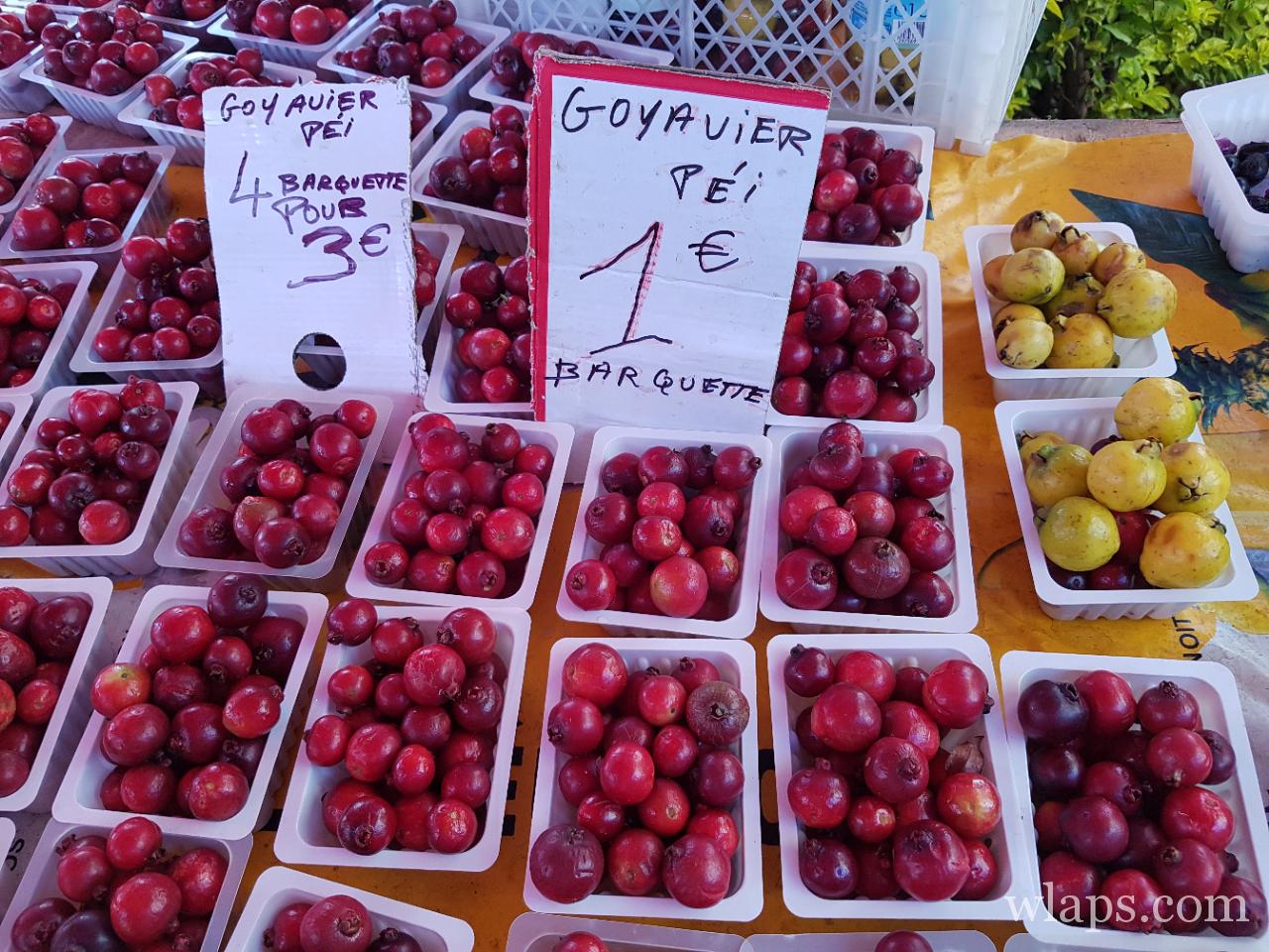 Fruits exotiques sur les étals du marché de La Réunion