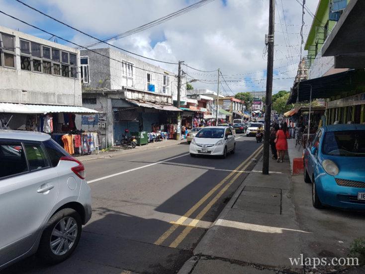 De nombreuses voitures de location dans les rue de l'île Maurice