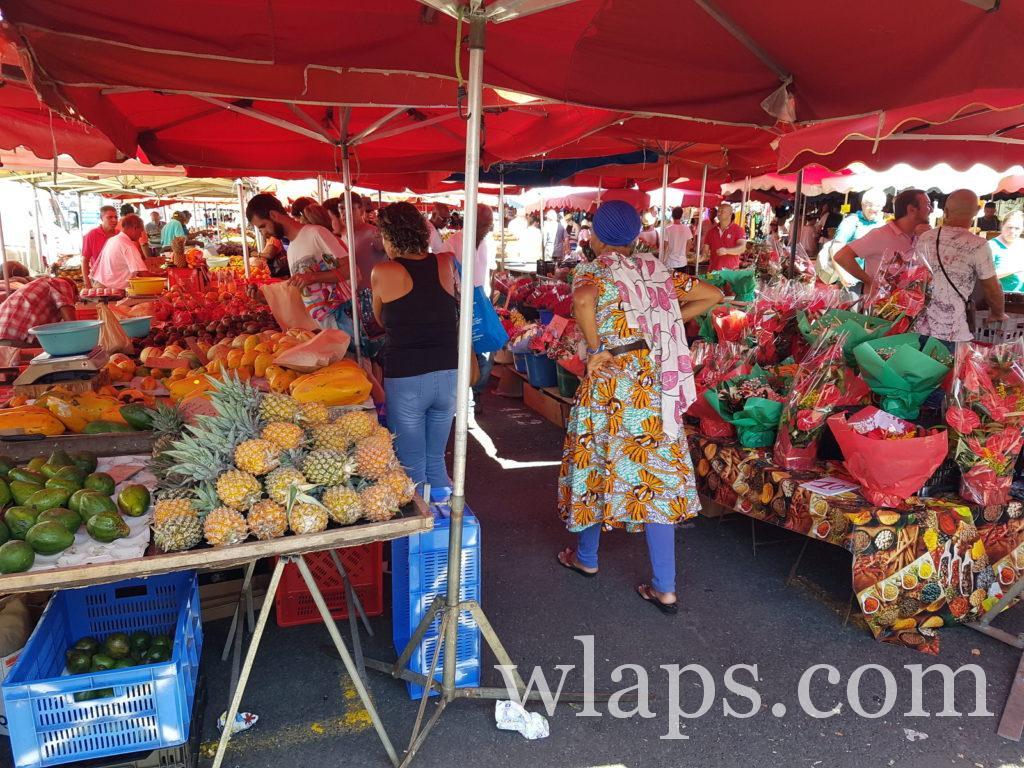 Sur un marché de l'île de La Réunion en avril, on trouve plein de fruits et légumes de La Réunion