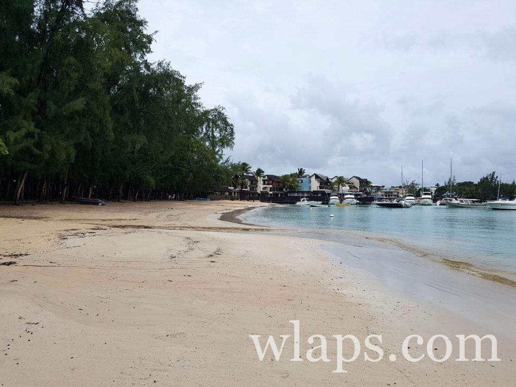plage sous la pluie à l'ile maurice