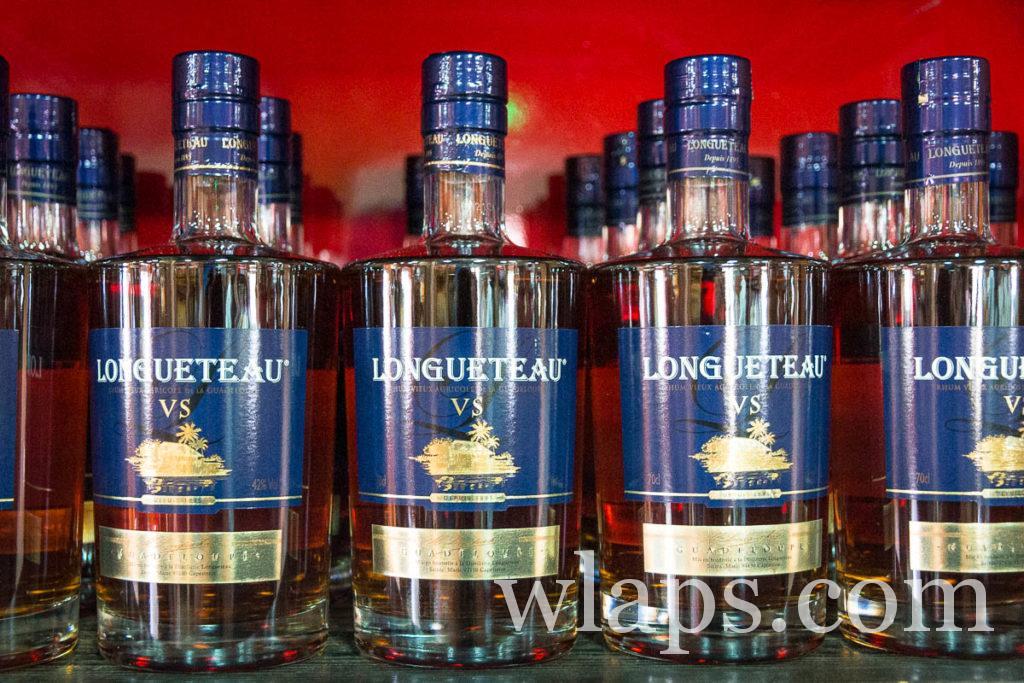 bouteilles de rhums Longueteau a la distillerie en Guadeloupe