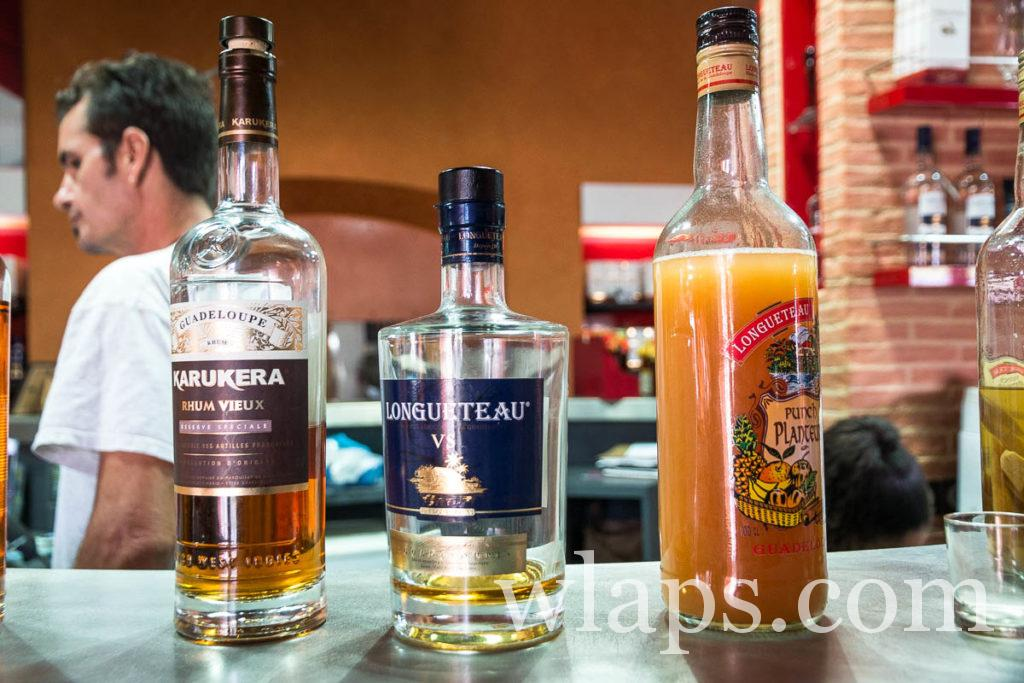 bouteilles de rhum longueteau et karukera en Guadeloupe durant une dégustation