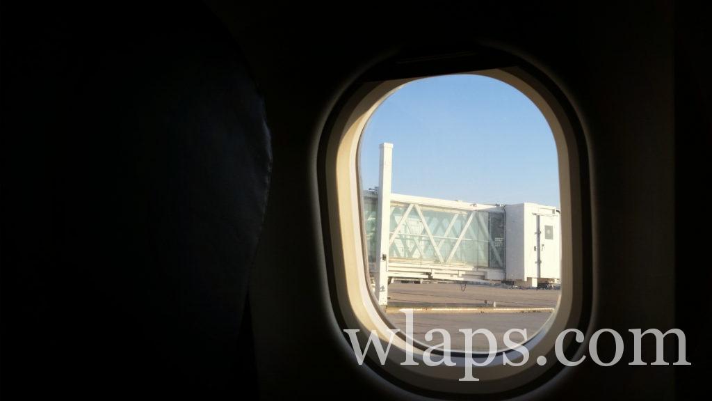 vue depuis le hublot de l'avion sur l'aéroport de Pôle Caraïbes