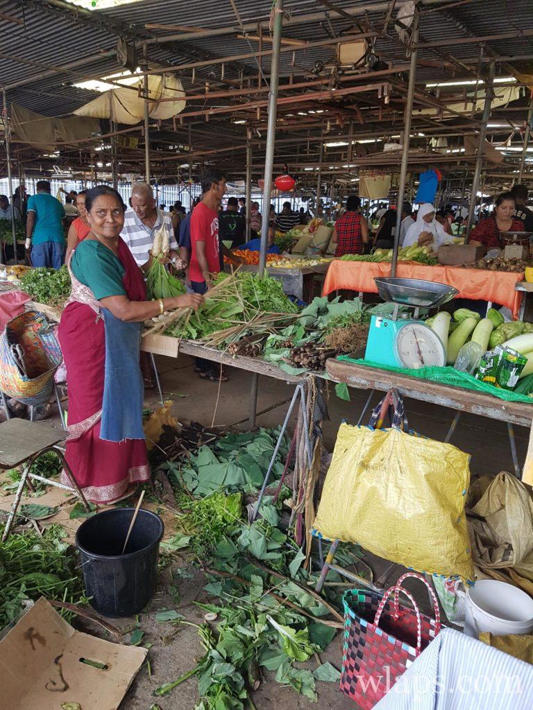 Des brèdes au marché local : un légume tropical de l'ile Maurice