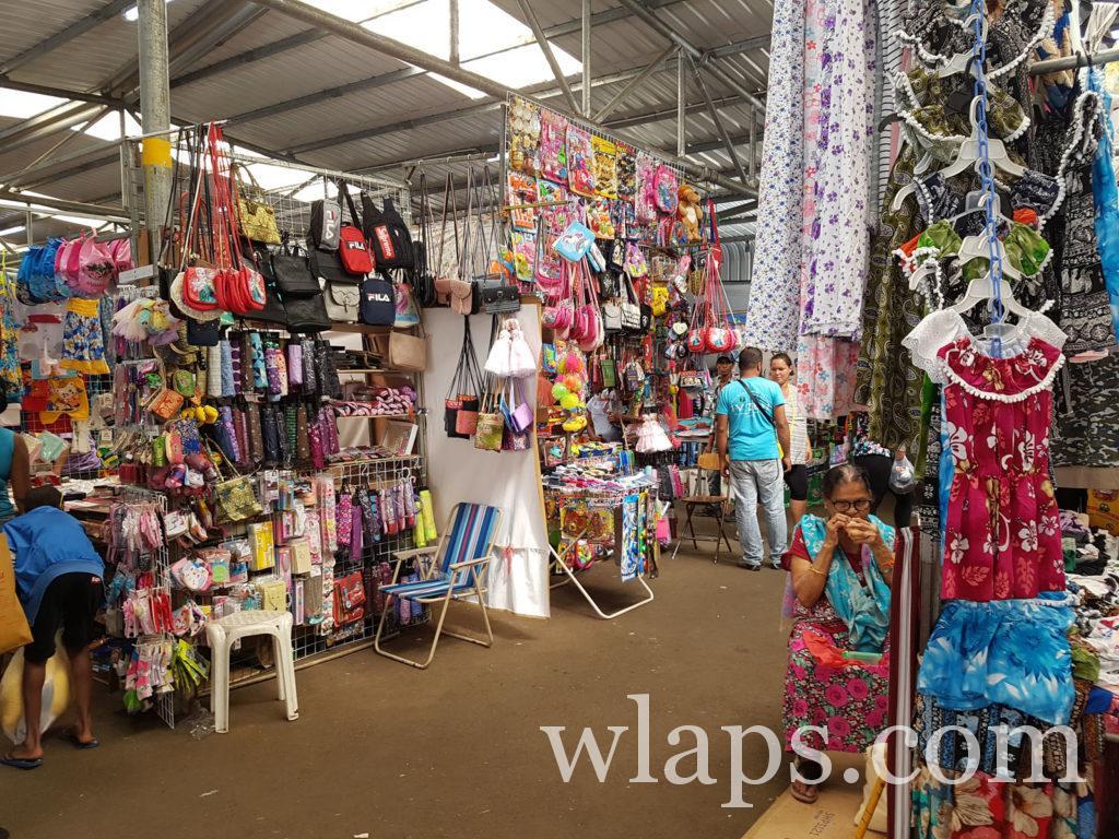 Allées du marché aux textiles de Quatre Bornes à l'ile maurice