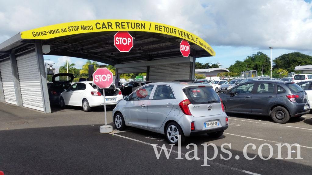 voiture de location sur le parking de l'aéroport en guadeloupe