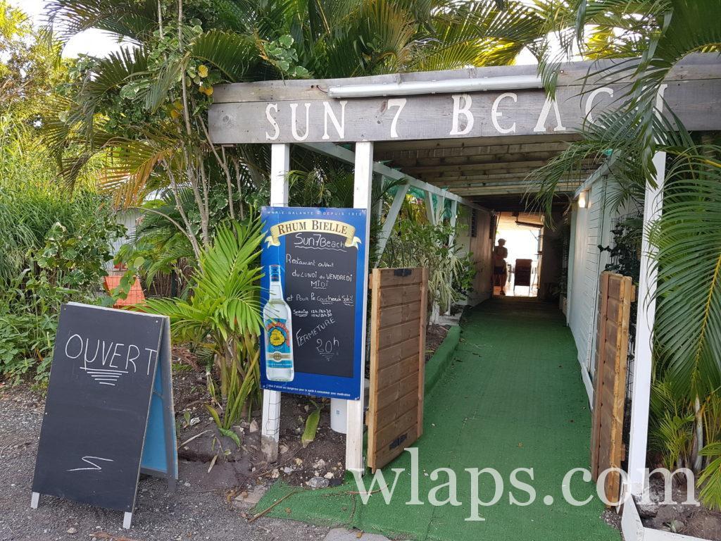 Entrée du restaurant le sun 7 beach à Marie Galante