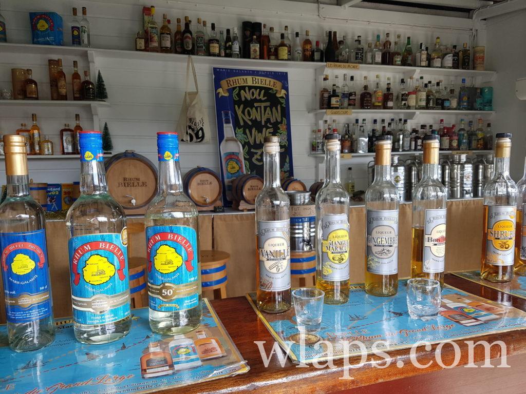 Bouteilles de rhum à la distillerie Bielle