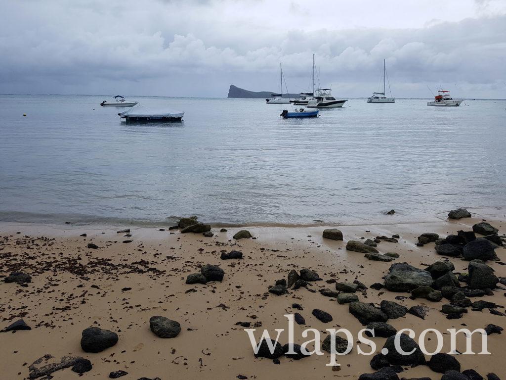 Sortie sous la pluie sur la plage à Maurice