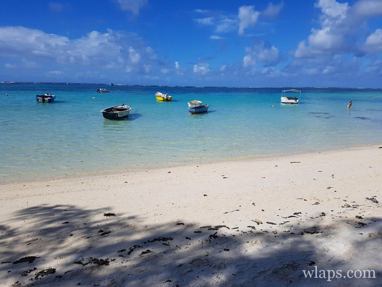 les barques à La plage de Belle Mare à l'est de l'île Maurice