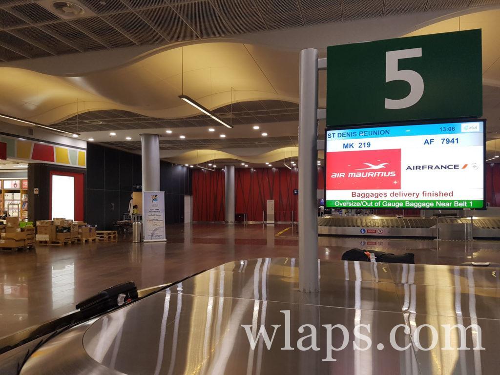 Les bagages arrivent à l'aéroport de l'ile Maurice