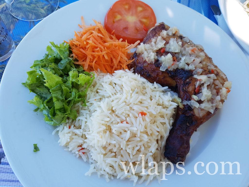 Aller manger au restaurant un poulet boucané sauce chien à Marie Galante