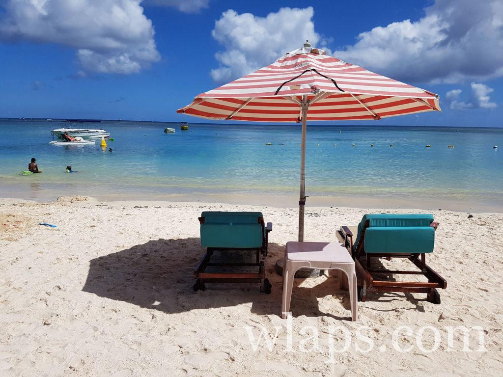 Payer pour un transat sur la plage de Trou aux Biches à l'ile Maurice