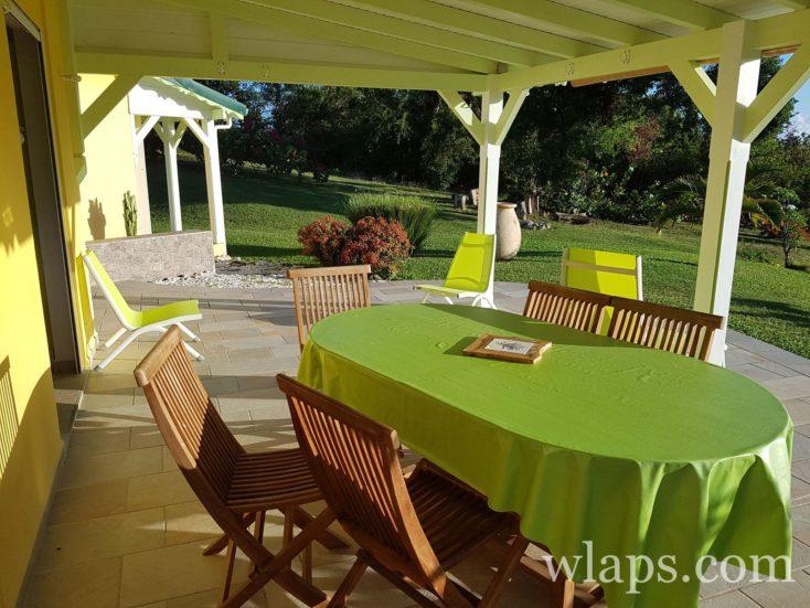 terrasse avec table au logement de Marie Galante