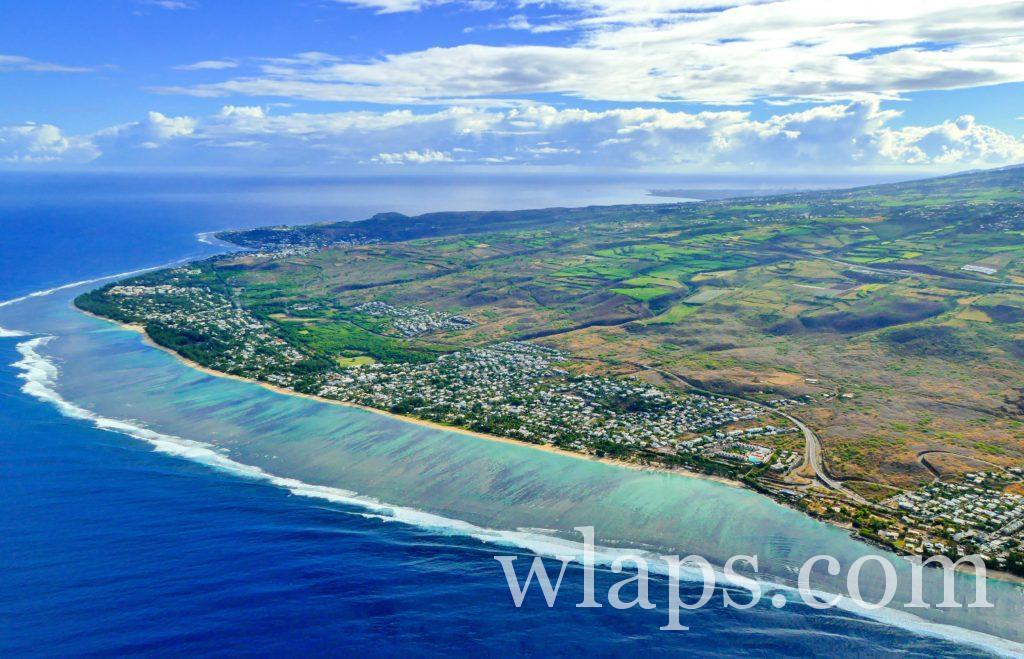 photo aérienne de l'ile de la réunion et de sa barrière de corail
