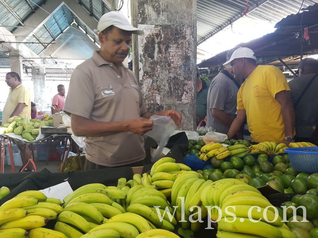 Un vendeur de bananes à l'ile Maurice : le cout de la vie n'y est pas cher.