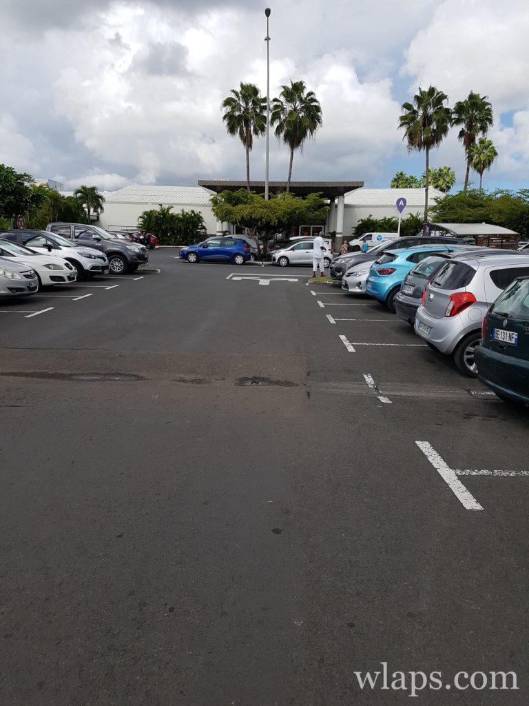 Parking du centre commercial Carrefour Destreland en guadeloupe