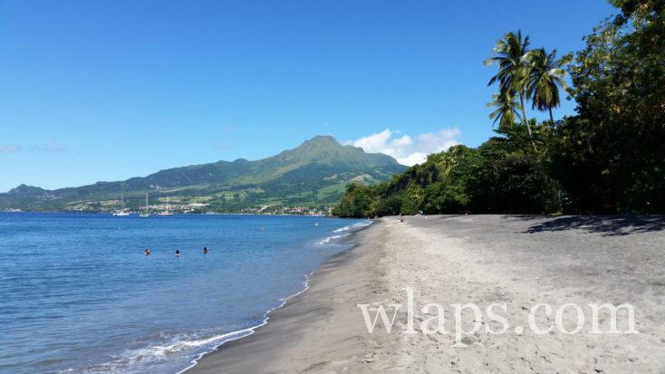 Vue sur le volcan de la Montagne Pelée depuis la plage près de Saint Pierre, au nord de la Martinique