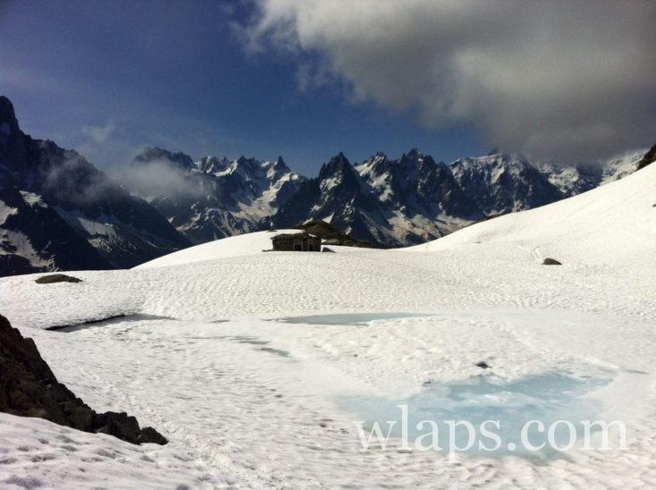 Lac Blanc recouvert de neige et le Massif des Aiguilles Rouges