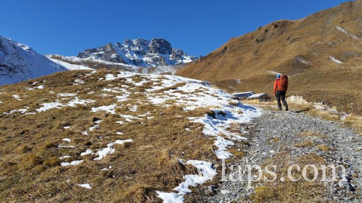 chemin de randonnée qui monte vers les Lacs Merlet