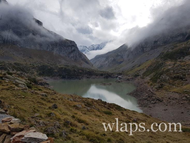 lac des gloriettes sous ciel gris