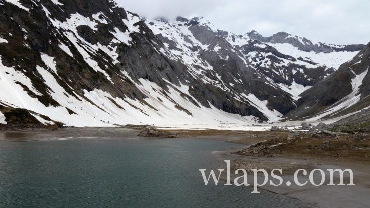 Le lac d'Ossoue sous la neige