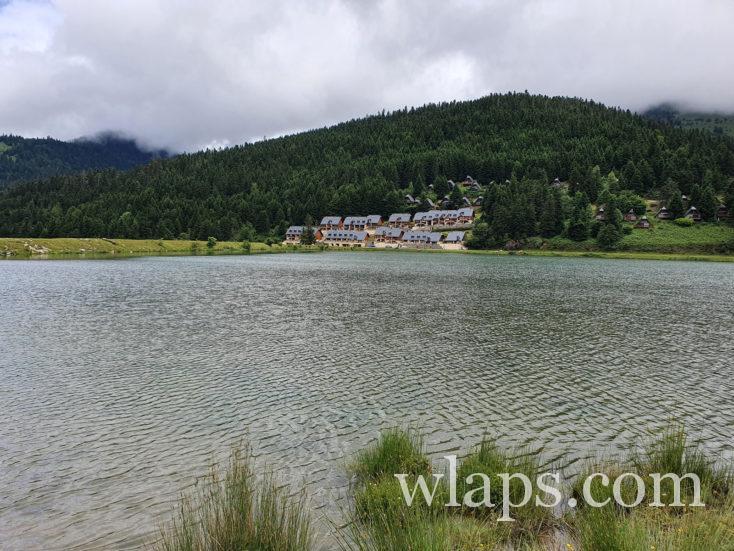 logements en bordure du lac de Payolle
