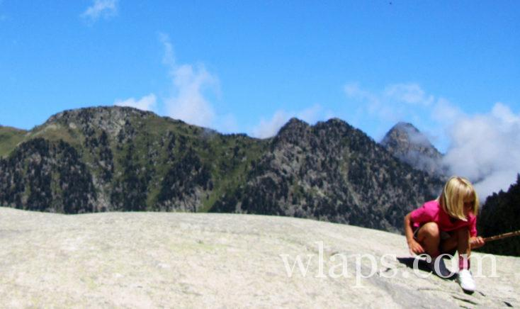 petite fille qui randonne dans les Pyrénées