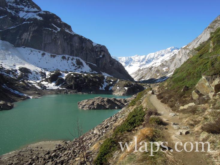 Le chemin qui borde le lac pour en faire le tour