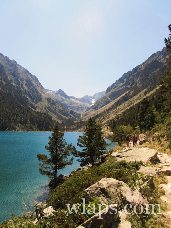 sentier qui borde le Lac de Gaube