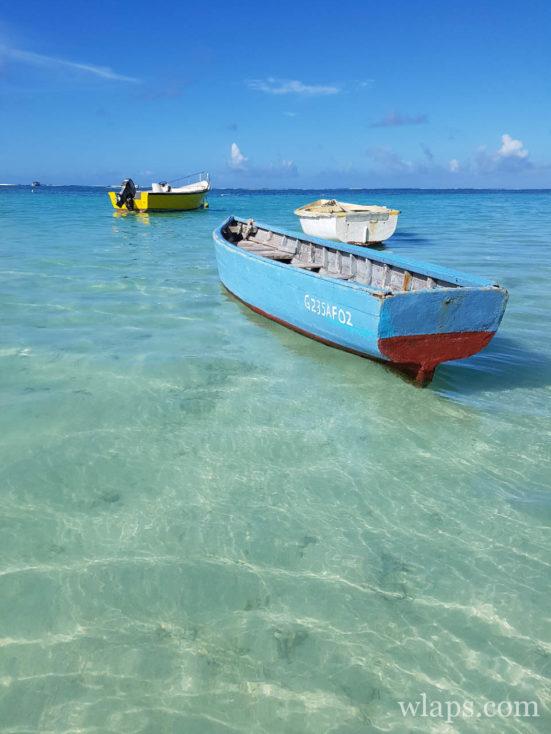 La plage de Belle Mare à l'est de l'île Maurice et ses barques