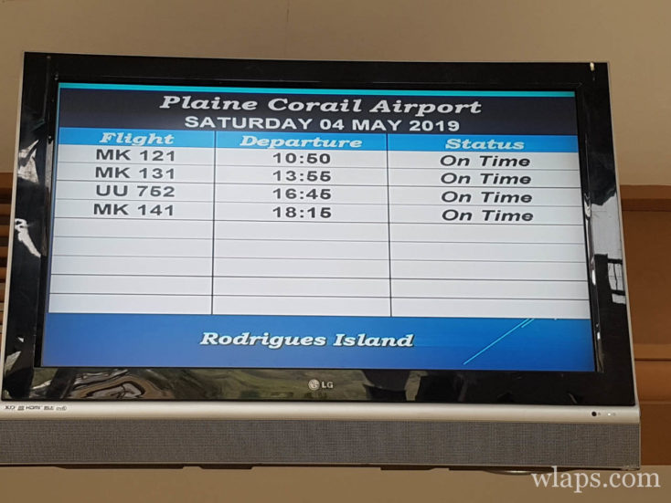 Nous quittons l'aéroport de Plaine Corail ce matin pour l'île Maurice, le panneau nous indique le vol à l'heure