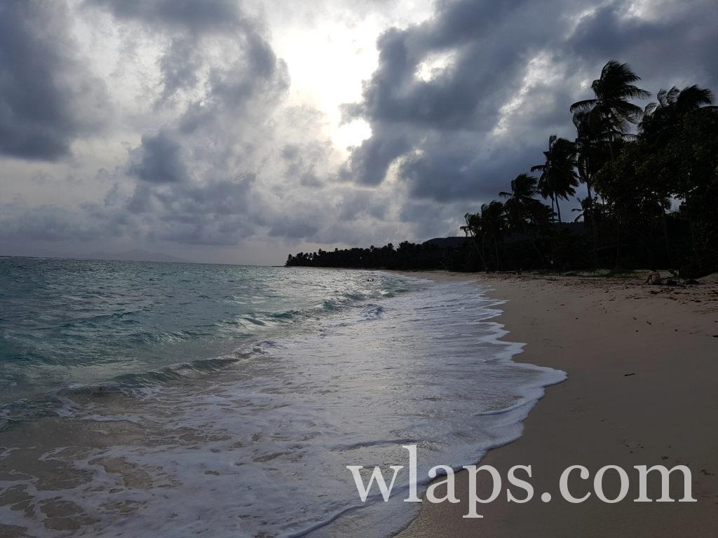 plage de la feuillère à marie galante sous la pluie